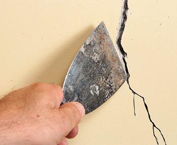 Intonaco crepato, ecco come stuccarlo e ripitturarlo