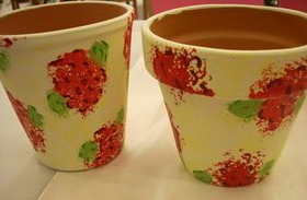 Sbocciano i fiori: decoriamo i vasi in terracotta